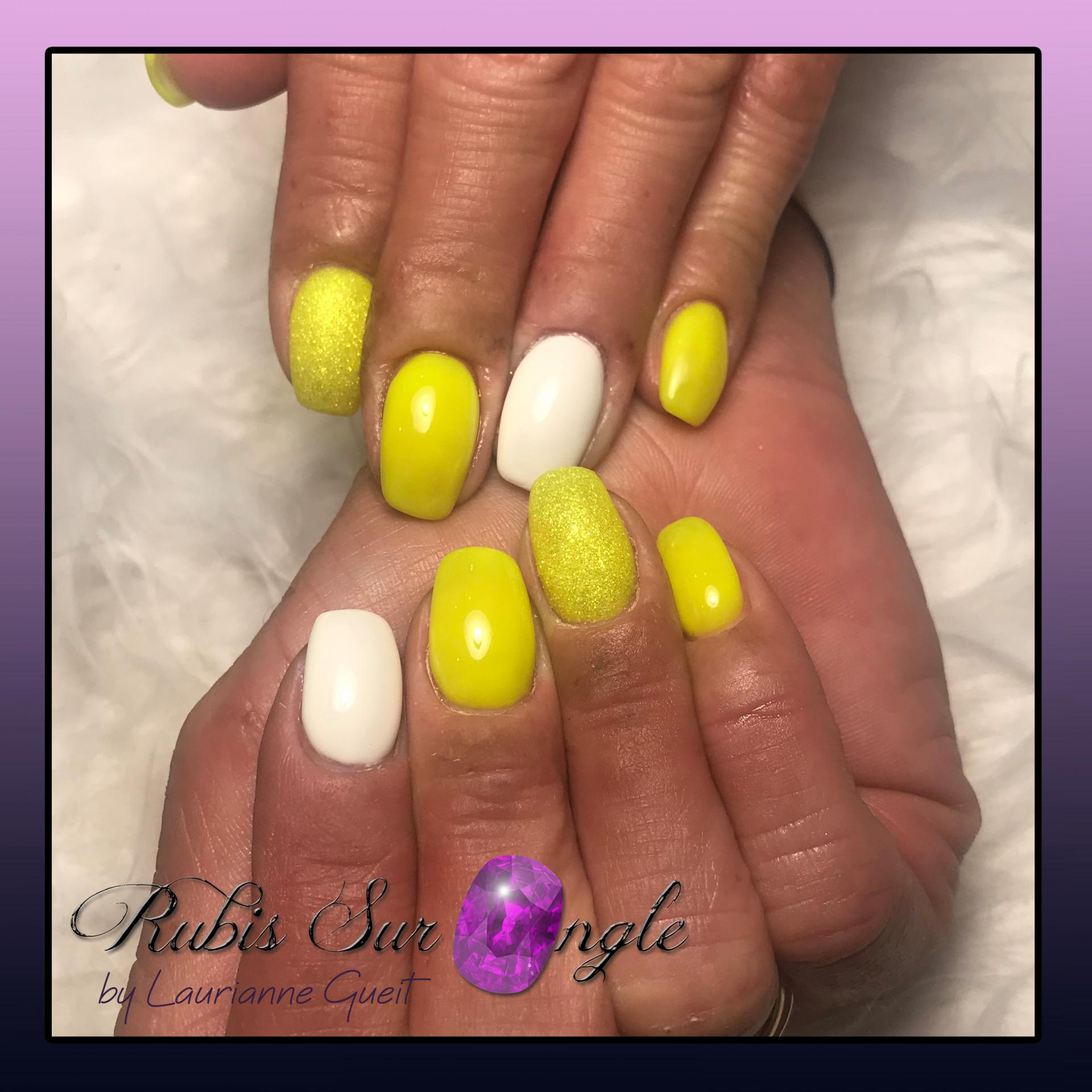 Rubis-Sur-Ongle-Nail-Art-Jaune-Blanc